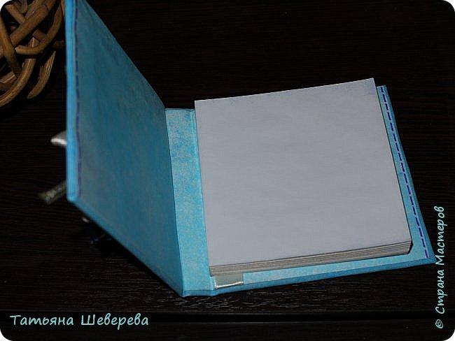 """И в продолжение восьмимартовской темы выкладываю 9 блокнотиков, которые сделала девочкам в офис в подарок :) раньше не выкладывала - не хотела портить сюрприз) все блокнотики - со сменными блоками для записи, которые вставляются и вынимаются совершенно свободно - зацепляясь последними листиками за ленточку внутри обложки (но одном из фото это будет видно). Ну а оформление - самое разнообразное! :) белая бязь была либо окрашена, либо задекупажена и пошла на обложки. внутри - либо декупаж салфеткой на акварельную бумагу, либо окрашивала акварельную бумагу в разные цвета из пульверизатора, либо """"чпокала"""" губкой краску.  первый - окрашенная бязь с вот такой Заей :) фото 4"""