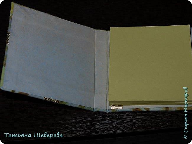 """И в продолжение восьмимартовской темы выкладываю 9 блокнотиков, которые сделала девочкам в офис в подарок :) раньше не выкладывала - не хотела портить сюрприз) все блокнотики - со сменными блоками для записи, которые вставляются и вынимаются совершенно свободно - зацепляясь последними листиками за ленточку внутри обложки (но одном из фото это будет видно). Ну а оформление - самое разнообразное! :) белая бязь была либо окрашена, либо задекупажена и пошла на обложки. внутри - либо декупаж салфеткой на акварельную бумагу, либо окрашивала акварельную бумагу в разные цвета из пульверизатора, либо """"чпокала"""" губкой краску.  первый - окрашенная бязь с вот такой Заей :) фото 10"""