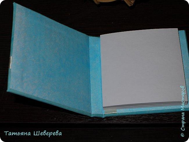 """И в продолжение восьмимартовской темы выкладываю 9 блокнотиков, которые сделала девочкам в офис в подарок :) раньше не выкладывала - не хотела портить сюрприз) все блокнотики - со сменными блоками для записи, которые вставляются и вынимаются совершенно свободно - зацепляясь последними листиками за ленточку внутри обложки (но одном из фото это будет видно). Ну а оформление - самое разнообразное! :) белая бязь была либо окрашена, либо задекупажена и пошла на обложки. внутри - либо декупаж салфеткой на акварельную бумагу, либо окрашивала акварельную бумагу в разные цвета из пульверизатора, либо """"чпокала"""" губкой краску.  первый - окрашенная бязь с вот такой Заей :) фото 14"""