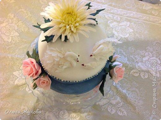 Доброго времени суток всем! Хочу показать ещё один торт на день рождения. Очень люблю лепить цветы. Тут впервые попробовала сделать хризантему из мастики. фото 2