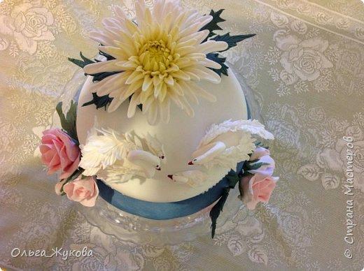 Доброго времени суток всем! Хочу показать ещё один торт на день рождения. Очень люблю лепить цветы. Тут впервые попробовала сделать хризантему из мастики. фото 3