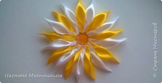 Мне очень нравится техника канзаши!!Собирание лепестков и цветов из лент очень увлекательно.Я решила показать,как сделать хризантему из атласных лент,хотя мастер-классов по этому цветку очень много,я тоже решила попробовать) фото 12