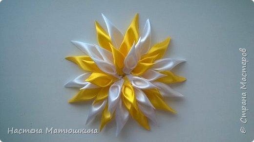 Мне очень нравится техника канзаши!!Собирание лепестков и цветов из лент очень увлекательно.Я решила показать,как сделать хризантему из атласных лент,хотя мастер-классов по этому цветку очень много,я тоже решила попробовать) фото 13