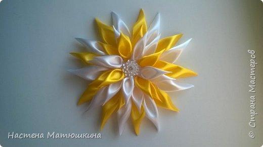 Мне очень нравится техника канзаши!!Собирание лепестков и цветов из лент очень увлекательно.Я решила показать,как сделать хризантему из атласных лент,хотя мастер-классов по этому цветку очень много,я тоже решила попробовать) фото 14