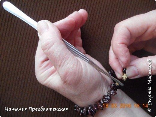 Застегивать браслеты на самой себе довольно проблематично – всегда третьей руки не хватает! В интернете предлагают много способов, в основном приклеивать браслеты к руке: скотчем, изолентой, пластырем. Я пользуюсь простым и легким способом.   фото 3