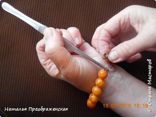Застегивать браслеты на самой себе довольно проблематично – всегда третьей руки не хватает! В интернете предлагают много способов, в основном приклеивать браслеты к руке: скотчем, изолентой, пластырем. Я пользуюсь простым и легким способом.   фото 1