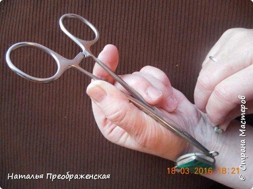 Застегивать браслеты на самой себе довольно проблематично – всегда третьей руки не хватает! В интернете предлагают много способов, в основном приклеивать браслеты к руке: скотчем, изолентой, пластырем. Я пользуюсь простым и легким способом.   фото 4