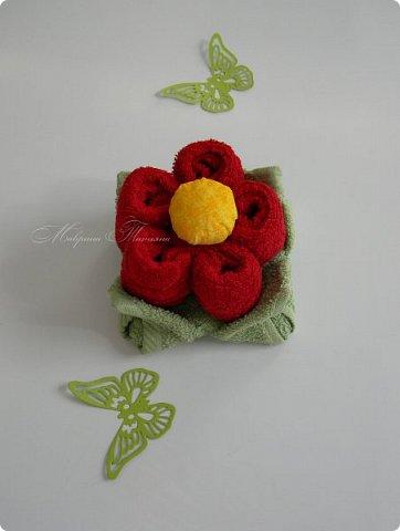 Здравствуйте! Продолжая цветочную тему из полотенец, представляю вашему вниманию еще несколько цветочков. Делала их в подарок девчонкам на 8 марта.   В этом цветочке два махровых полотенца: 50*90 см - 1 шт., 30*30 см - 1 шт. фото 5