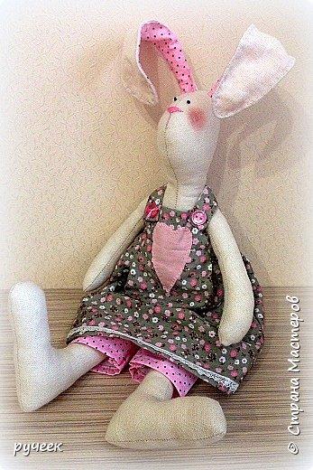Добрый вечер страна!,,,немного о своих игрушках - Тильда зайцы и мишка, кукла и лисичка: глазки у всех - бусинки, носик вышит мулине нитками, ткань для тельца кукол - лен,краситель для ткани - кофе, наполнитель - холлофайбер, свитер у медведя связан крючком,,,в ушки зайцев вставлена стальная проволока,,,  фото 2