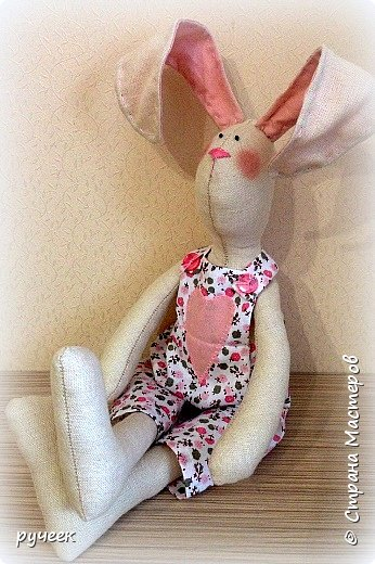 Добрый вечер страна!,,,немного о своих игрушках - Тильда зайцы и мишка, кукла и лисичка: глазки у всех - бусинки, носик вышит мулине нитками, ткань для тельца кукол - лен,краситель для ткани - кофе, наполнитель - холлофайбер, свитер у медведя связан крючком,,,в ушки зайцев вставлена стальная проволока,,,  фото 3