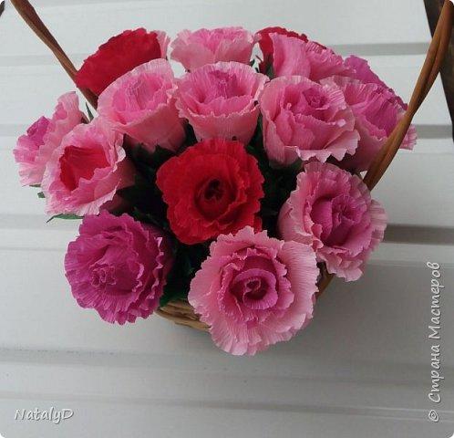 Такая вот корзинка с розами и конфетами внутри. Жестокая техника. С одной стороны - кощунство доставать конфеты из этих цветов. С другой стороны - похоронить там вкусные, недешевые конфеты... фото 1