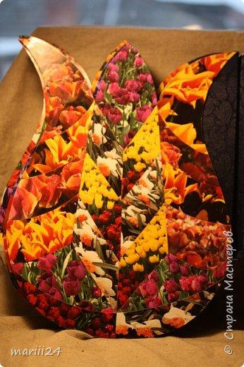 Добрый день,уважаемые мастера и  мастерицы. Хочу сегодня вам показать альбом, который я сделала для  моих родителей.  Моя мама большая любительница цветов (надо сказать они отвечают ей взаимностью). И она не только любит их выращивать, она обожает всевозможные выставки, парады и т.п. события из жизни цветов.  В прошлом году мои родители с моим старшим сыном посетили Стамбул, в котором ежегодно весной проходит выставка тюльпанов. Этому путешествию и посвящен мой альбом. С обложкой к этому альбому я участвовала в конкурсе пейп-арта, который устроила гениальный мастер Татьяна Сорокина. Спасибо всем девочкам, которые голосовали за мою работу. фото 23