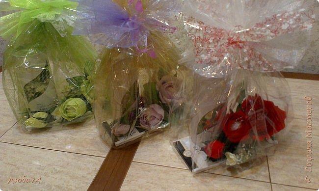 """Всем здравствуйте! Заказали мне оформить подарки чай и шоколадку  к 8 марта. Вот, что у меня получилось! Решила сделать веточку с  тремя розами с конфетами """"Раффаэло"""". Цветовую гамму подбирала с изображением на чае. Подарок № 1 """"Сиреневый"""".  фото 21"""