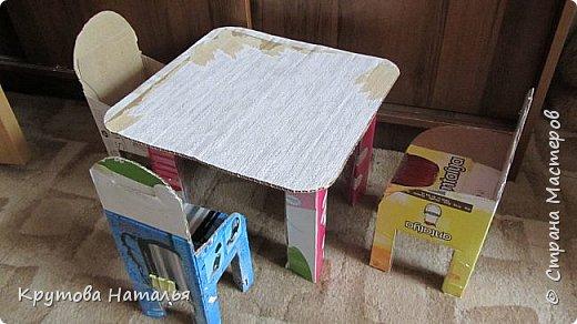 Скоро лето. Приедут на 4 месяца внучки. Кроватка для кукол куплена в Икеа, а вот стола со стульчиками не было. Решила сделать сама.  фото 4