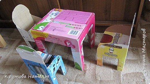 Скоро лето. Приедут на 4 месяца внучки. Кроватка для кукол куплена в Икеа, а вот стола со стульчиками не было. Решила сделать сама.  фото 3