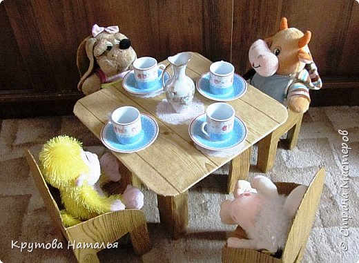 Скоро лето. Приедут на 4 месяца внучки. Кроватка для кукол куплена в Икеа, а вот стола со стульчиками не было. Решила сделать сама.  фото 1