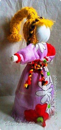 Веснянка - это оберег молодости и красоты. Каждая женщина мечтает сохранить свою молодость и красоту, быть любимой, излучать радость и счастье! Подарив такую куколку женщине — значит пожелать всегда быть обаятельной и желанной. Кукла оберег Веснянка отличается от других строгим временным отрезком, когда ее делали и дарили. Именно в конце зимы молодые незамужние девушки делали этот оберег в подарок для близких. Дарилась она с приходом весны. Считалось, что Веснянка дарит своему хозяину или хозяйке красоту, удачу и радость.  фото 1