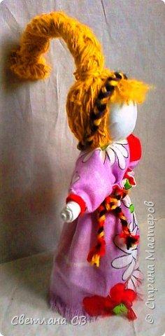 Веснянка - это оберег молодости и красоты. Каждая женщина мечтает сохранить свою молодость и красоту, быть любимой, излучать радость и счастье! Подарив такую куколку женщине — значит пожелать всегда быть обаятельной и желанной. Кукла оберег Веснянка отличается от других строгим временным отрезком, когда ее делали и дарили. Именно в конце зимы молодые незамужние девушки делали этот оберег в подарок для близких. Дарилась она с приходом весны. Считалось, что Веснянка дарит своему хозяину или хозяйке красоту, удачу и радость.  фото 4