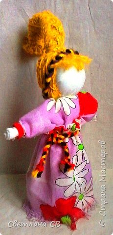 Веснянка - это оберег молодости и красоты. Каждая женщина мечтает сохранить свою молодость и красоту, быть любимой, излучать радость и счастье! Подарив такую куколку женщине — значит пожелать всегда быть обаятельной и желанной. Кукла оберег Веснянка отличается от других строгим временным отрезком, когда ее делали и дарили. Именно в конце зимы молодые незамужние девушки делали этот оберег в подарок для близких. Дарилась она с приходом весны. Считалось, что Веснянка дарит своему хозяину или хозяйке красоту, удачу и радость.  фото 3