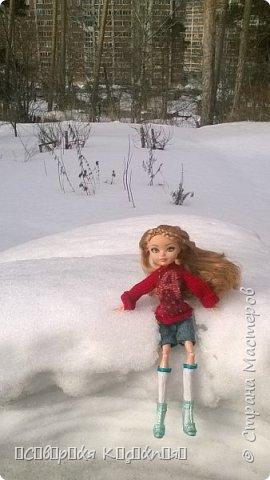 Всем привет:) Уже середина марта, даже больше, а снег ещё не растаял:(Это зима какая- то ещё , а не весна... Недавно появилось вдохновение. Сшила теплую кофту. Вообще я сначала планировала свитер, но мне показалось так тоже хорошо. Я раньше не пробовала по шерсти рисовать акрилом  и поняла что больше так не буду. Появились комочки... В общем полный кошмар был...Я думала, что уже все испортила... Да нет)) Достала белый акрил и нарисовала букву А, не знаю зачем:D Обвела контуром с блестками.. и точек наставила.... Вроде исправила все.. Так же я перешила штаны Алисы на шорты.. оказались немного велики... Ещё  по шились чулочки  или как они там правильно называются. фото 2