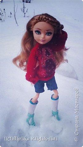 Всем привет:) Уже середина марта, даже больше, а снег ещё не растаял:(Это зима какая- то ещё , а не весна... Недавно появилось вдохновение. Сшила теплую кофту. Вообще я сначала планировала свитер, но мне показалось так тоже хорошо. Я раньше не пробовала по шерсти рисовать акрилом  и поняла что больше так не буду. Появились комочки... В общем полный кошмар был...Я думала, что уже все испортила... Да нет)) Достала белый акрил и нарисовала букву А, не знаю зачем:D Обвела контуром с блестками.. и точек наставила.... Вроде исправила все.. Так же я перешила штаны Алисы на шорты.. оказались немного велики... Ещё  по шились чулочки  или как они там правильно называются. фото 4