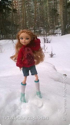 Всем привет:) Уже середина марта, даже больше, а снег ещё не растаял:(Это зима какая- то ещё , а не весна... Недавно появилось вдохновение. Сшила теплую кофту. Вообще я сначала планировала свитер, но мне показалось так тоже хорошо. Я раньше не пробовала по шерсти рисовать акрилом  и поняла что больше так не буду. Появились комочки... В общем полный кошмар был...Я думала, что уже все испортила... Да нет)) Достала белый акрил и нарисовала букву А, не знаю зачем:D Обвела контуром с блестками.. и точек наставила.... Вроде исправила все.. Так же я перешила штаны Алисы на шорты.. оказались немного велики... Ещё  по шились чулочки  или как они там правильно называются. фото 3