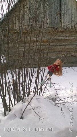Всем привет:) Уже середина марта, даже больше, а снег ещё не растаял:(Это зима какая- то ещё , а не весна... Недавно появилось вдохновение. Сшила теплую кофту. Вообще я сначала планировала свитер, но мне показалось так тоже хорошо. Я раньше не пробовала по шерсти рисовать акрилом  и поняла что больше так не буду. Появились комочки... В общем полный кошмар был...Я думала, что уже все испортила... Да нет)) Достала белый акрил и нарисовала букву А, не знаю зачем:D Обвела контуром с блестками.. и точек наставила.... Вроде исправила все.. Так же я перешила штаны Алисы на шорты.. оказались немного велики... Ещё  по шились чулочки  или как они там правильно называются. фото 8