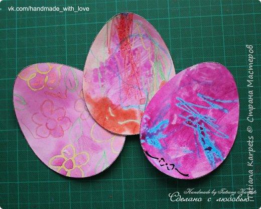 Для того, чтобы сделать эти маленькие пасхальные сувениры мы использовали: шаблоны яиц, которые я распечатала на плотной бумаге, краски акварельные и гуашь, цветная бумага, клей, ножницы, фигурные дыроколы, ватные палочки, фломастер, цветные восковые мелки и немного фантазии. В этот раз я решила попробовать соединить разные техники рисования и посмотреть как с ними справится моя 2-х летняя дочь, понравится ли ей. Могу сказать, что ей это занятие очень понравилось, она выполняла всё, что я ей предлагала. Теперь я знаю, в каком направлении нужно двигаться и какие умения и навыки развивать.  О каждой технике я расскажу подробнее ниже. фото 3
