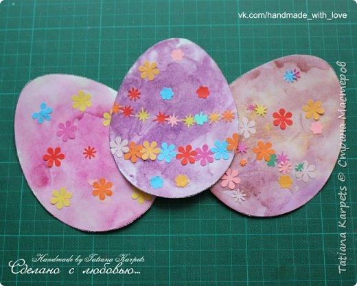 Для того, чтобы сделать эти маленькие пасхальные сувениры мы использовали: шаблоны яиц, которые я распечатала на плотной бумаге, краски акварельные и гуашь, цветная бумага, клей, ножницы, фигурные дыроколы, ватные палочки, фломастер, цветные восковые мелки и немного фантазии. В этот раз я решила попробовать соединить разные техники рисования и посмотреть как с ними справится моя 2-х летняя дочь, понравится ли ей. Могу сказать, что ей это занятие очень понравилось, она выполняла всё, что я ей предлагала. Теперь я знаю, в каком направлении нужно двигаться и какие умения и навыки развивать.  О каждой технике я расскажу подробнее ниже. фото 18