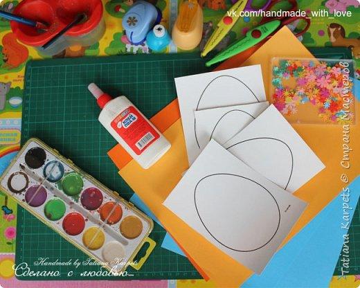 Для того, чтобы сделать эти маленькие пасхальные сувениры мы использовали: шаблоны яиц, которые я распечатала на плотной бумаге, краски акварельные и гуашь, цветная бумага, клей, ножницы, фигурные дыроколы, ватные палочки, фломастер, цветные восковые мелки и немного фантазии. В этот раз я решила попробовать соединить разные техники рисования и посмотреть как с ними справится моя 2-х летняя дочь, понравится ли ей. Могу сказать, что ей это занятие очень понравилось, она выполняла всё, что я ей предлагала. Теперь я знаю, в каком направлении нужно двигаться и какие умения и навыки развивать.  О каждой технике я расскажу подробнее ниже. фото 2