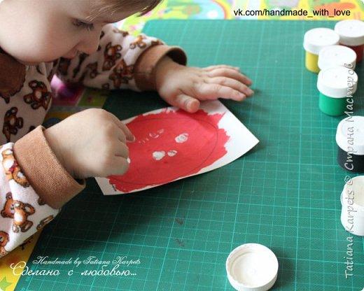 Для того, чтобы сделать эти маленькие пасхальные сувениры мы использовали: шаблоны яиц, которые я распечатала на плотной бумаге, краски акварельные и гуашь, цветная бумага, клей, ножницы, фигурные дыроколы, ватные палочки, фломастер, цветные восковые мелки и немного фантазии. В этот раз я решила попробовать соединить разные техники рисования и посмотреть как с ними справится моя 2-х летняя дочь, понравится ли ей. Могу сказать, что ей это занятие очень понравилось, она выполняла всё, что я ей предлагала. Теперь я знаю, в каком направлении нужно двигаться и какие умения и навыки развивать.  О каждой технике я расскажу подробнее ниже. фото 10
