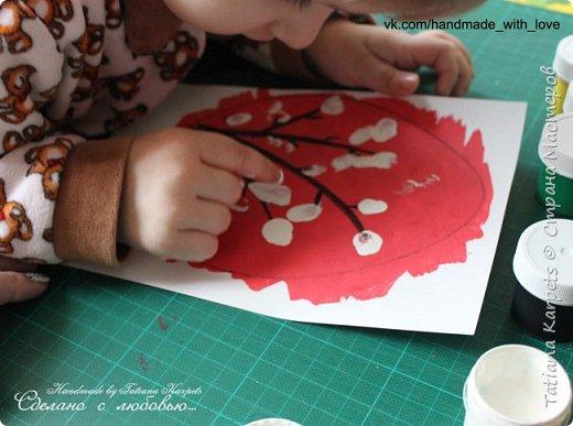 Для того, чтобы сделать эти маленькие пасхальные сувениры мы использовали: шаблоны яиц, которые я распечатала на плотной бумаге, краски акварельные и гуашь, цветная бумага, клей, ножницы, фигурные дыроколы, ватные палочки, фломастер, цветные восковые мелки и немного фантазии. В этот раз я решила попробовать соединить разные техники рисования и посмотреть как с ними справится моя 2-х летняя дочь, понравится ли ей. Могу сказать, что ей это занятие очень понравилось, она выполняла всё, что я ей предлагала. Теперь я знаю, в каком направлении нужно двигаться и какие умения и навыки развивать.  О каждой технике я расскажу подробнее ниже. фото 12