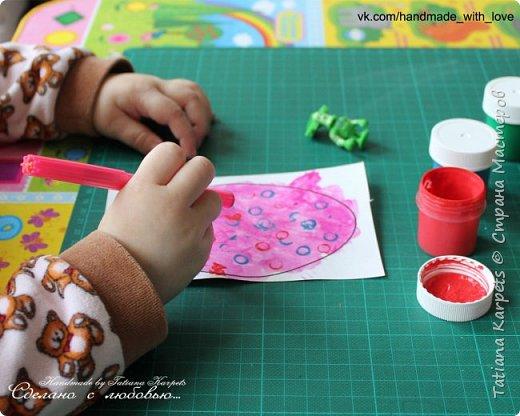 Для того, чтобы сделать эти маленькие пасхальные сувениры мы использовали: шаблоны яиц, которые я распечатала на плотной бумаге, краски акварельные и гуашь, цветная бумага, клей, ножницы, фигурные дыроколы, ватные палочки, фломастер, цветные восковые мелки и немного фантазии. В этот раз я решила попробовать соединить разные техники рисования и посмотреть как с ними справится моя 2-х летняя дочь, понравится ли ей. Могу сказать, что ей это занятие очень понравилось, она выполняла всё, что я ей предлагала. Теперь я знаю, в каком направлении нужно двигаться и какие умения и навыки развивать.  О каждой технике я расскажу подробнее ниже. фото 17