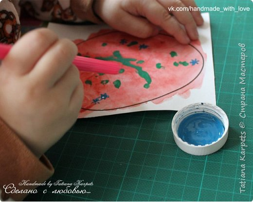 Для того, чтобы сделать эти маленькие пасхальные сувениры мы использовали: шаблоны яиц, которые я распечатала на плотной бумаге, краски акварельные и гуашь, цветная бумага, клей, ножницы, фигурные дыроколы, ватные палочки, фломастер, цветные восковые мелки и немного фантазии. В этот раз я решила попробовать соединить разные техники рисования и посмотреть как с ними справится моя 2-х летняя дочь, понравится ли ей. Могу сказать, что ей это занятие очень понравилось, она выполняла всё, что я ей предлагала. Теперь я знаю, в каком направлении нужно двигаться и какие умения и навыки развивать.  О каждой технике я расскажу подробнее ниже. фото 16