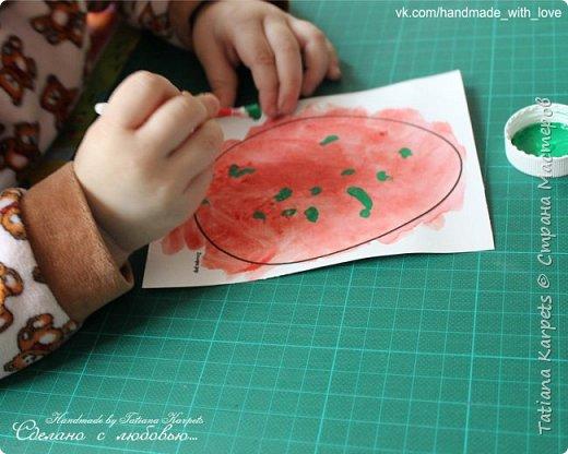 Для того, чтобы сделать эти маленькие пасхальные сувениры мы использовали: шаблоны яиц, которые я распечатала на плотной бумаге, краски акварельные и гуашь, цветная бумага, клей, ножницы, фигурные дыроколы, ватные палочки, фломастер, цветные восковые мелки и немного фантазии. В этот раз я решила попробовать соединить разные техники рисования и посмотреть как с ними справится моя 2-х летняя дочь, понравится ли ей. Могу сказать, что ей это занятие очень понравилось, она выполняла всё, что я ей предлагала. Теперь я знаю, в каком направлении нужно двигаться и какие умения и навыки развивать.  О каждой технике я расскажу подробнее ниже. фото 14