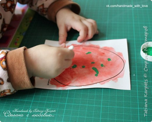 Для того, чтобы сделать эти маленькие пасхальные сувениры мы использовали: шаблоны яиц, которые я распечатала на плотной бумаге, краски акварельные и гуашь, цветная бумага, клей, ножницы, фигурные дыроколы, ватные палочки, фломастер, цветные восковые мелки и немного фантазии. В этот раз я решила попробовать соединить разные техники рисования и посмотреть как с ними справится моя 2-х летняя дочь, понравится ли ей. Могу сказать, что ей это занятие очень понравилось, она выполняла всё, что я ей предлагала. Теперь я знаю, в каком направлении нужно двигаться и какие умения и навыки развивать.  О каждой технике я расскажу подробнее ниже. фото 15