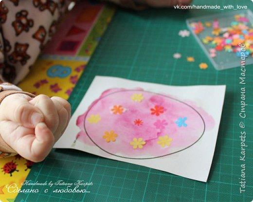 Для того, чтобы сделать эти маленькие пасхальные сувениры мы использовали: шаблоны яиц, которые я распечатала на плотной бумаге, краски акварельные и гуашь, цветная бумага, клей, ножницы, фигурные дыроколы, ватные палочки, фломастер, цветные восковые мелки и немного фантазии. В этот раз я решила попробовать соединить разные техники рисования и посмотреть как с ними справится моя 2-х летняя дочь, понравится ли ей. Могу сказать, что ей это занятие очень понравилось, она выполняла всё, что я ей предлагала. Теперь я знаю, в каком направлении нужно двигаться и какие умения и навыки развивать.  О каждой технике я расскажу подробнее ниже. фото 20
