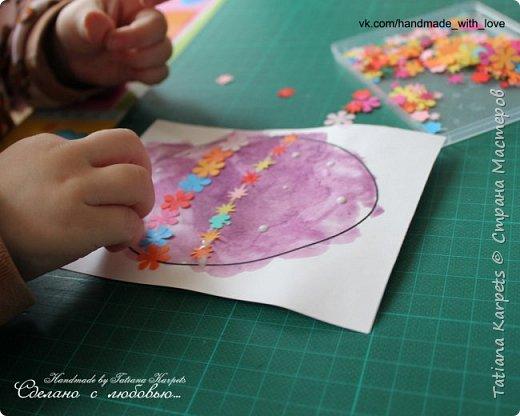 Для того, чтобы сделать эти маленькие пасхальные сувениры мы использовали: шаблоны яиц, которые я распечатала на плотной бумаге, краски акварельные и гуашь, цветная бумага, клей, ножницы, фигурные дыроколы, ватные палочки, фломастер, цветные восковые мелки и немного фантазии. В этот раз я решила попробовать соединить разные техники рисования и посмотреть как с ними справится моя 2-х летняя дочь, понравится ли ей. Могу сказать, что ей это занятие очень понравилось, она выполняла всё, что я ей предлагала. Теперь я знаю, в каком направлении нужно двигаться и какие умения и навыки развивать.  О каждой технике я расскажу подробнее ниже. фото 21