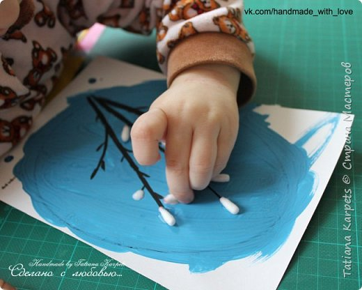 Для того, чтобы сделать эти маленькие пасхальные сувениры мы использовали: шаблоны яиц, которые я распечатала на плотной бумаге, краски акварельные и гуашь, цветная бумага, клей, ножницы, фигурные дыроколы, ватные палочки, фломастер, цветные восковые мелки и немного фантазии. В этот раз я решила попробовать соединить разные техники рисования и посмотреть как с ними справится моя 2-х летняя дочь, понравится ли ей. Могу сказать, что ей это занятие очень понравилось, она выполняла всё, что я ей предлагала. Теперь я знаю, в каком направлении нужно двигаться и какие умения и навыки развивать.  О каждой технике я расскажу подробнее ниже. фото 24