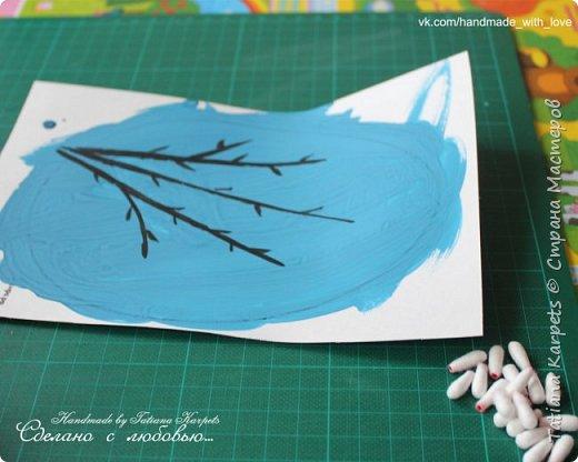 Для того, чтобы сделать эти маленькие пасхальные сувениры мы использовали: шаблоны яиц, которые я распечатала на плотной бумаге, краски акварельные и гуашь, цветная бумага, клей, ножницы, фигурные дыроколы, ватные палочки, фломастер, цветные восковые мелки и немного фантазии. В этот раз я решила попробовать соединить разные техники рисования и посмотреть как с ними справится моя 2-х летняя дочь, понравится ли ей. Могу сказать, что ей это занятие очень понравилось, она выполняла всё, что я ей предлагала. Теперь я знаю, в каком направлении нужно двигаться и какие умения и навыки развивать.  О каждой технике я расскажу подробнее ниже. фото 23