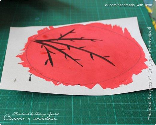 Для того, чтобы сделать эти маленькие пасхальные сувениры мы использовали: шаблоны яиц, которые я распечатала на плотной бумаге, краски акварельные и гуашь, цветная бумага, клей, ножницы, фигурные дыроколы, ватные палочки, фломастер, цветные восковые мелки и немного фантазии. В этот раз я решила попробовать соединить разные техники рисования и посмотреть как с ними справится моя 2-х летняя дочь, понравится ли ей. Могу сказать, что ей это занятие очень понравилось, она выполняла всё, что я ей предлагала. Теперь я знаю, в каком направлении нужно двигаться и какие умения и навыки развивать.  О каждой технике я расскажу подробнее ниже. фото 11
