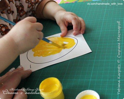 Для того, чтобы сделать эти маленькие пасхальные сувениры мы использовали: шаблоны яиц, которые я распечатала на плотной бумаге, краски акварельные и гуашь, цветная бумага, клей, ножницы, фигурные дыроколы, ватные палочки, фломастер, цветные восковые мелки и немного фантазии. В этот раз я решила попробовать соединить разные техники рисования и посмотреть как с ними справится моя 2-х летняя дочь, понравится ли ей. Могу сказать, что ей это занятие очень понравилось, она выполняла всё, что я ей предлагала. Теперь я знаю, в каком направлении нужно двигаться и какие умения и навыки развивать.  О каждой технике я расскажу подробнее ниже. фото 8