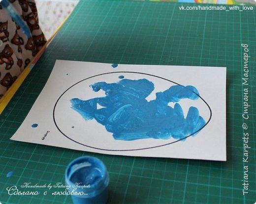 Для того, чтобы сделать эти маленькие пасхальные сувениры мы использовали: шаблоны яиц, которые я распечатала на плотной бумаге, краски акварельные и гуашь, цветная бумага, клей, ножницы, фигурные дыроколы, ватные палочки, фломастер, цветные восковые мелки и немного фантазии. В этот раз я решила попробовать соединить разные техники рисования и посмотреть как с ними справится моя 2-х летняя дочь, понравится ли ей. Могу сказать, что ей это занятие очень понравилось, она выполняла всё, что я ей предлагала. Теперь я знаю, в каком направлении нужно двигаться и какие умения и навыки развивать.  О каждой технике я расскажу подробнее ниже. фото 22