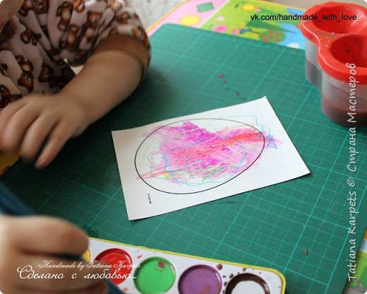 Для того, чтобы сделать эти маленькие пасхальные сувениры мы использовали: шаблоны яиц, которые я распечатала на плотной бумаге, краски акварельные и гуашь, цветная бумага, клей, ножницы, фигурные дыроколы, ватные палочки, фломастер, цветные восковые мелки и немного фантазии. В этот раз я решила попробовать соединить разные техники рисования и посмотреть как с ними справится моя 2-х летняя дочь, понравится ли ей. Могу сказать, что ей это занятие очень понравилось, она выполняла всё, что я ей предлагала. Теперь я знаю, в каком направлении нужно двигаться и какие умения и навыки развивать.  О каждой технике я расскажу подробнее ниже. фото 5