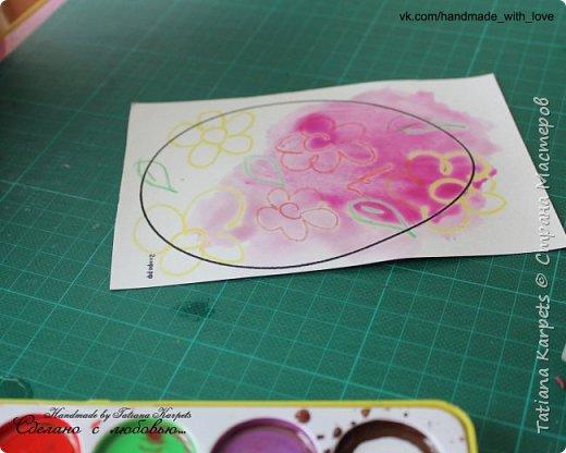 Для того, чтобы сделать эти маленькие пасхальные сувениры мы использовали: шаблоны яиц, которые я распечатала на плотной бумаге, краски акварельные и гуашь, цветная бумага, клей, ножницы, фигурные дыроколы, ватные палочки, фломастер, цветные восковые мелки и немного фантазии. В этот раз я решила попробовать соединить разные техники рисования и посмотреть как с ними справится моя 2-х летняя дочь, понравится ли ей. Могу сказать, что ей это занятие очень понравилось, она выполняла всё, что я ей предлагала. Теперь я знаю, в каком направлении нужно двигаться и какие умения и навыки развивать.  О каждой технике я расскажу подробнее ниже. фото 6
