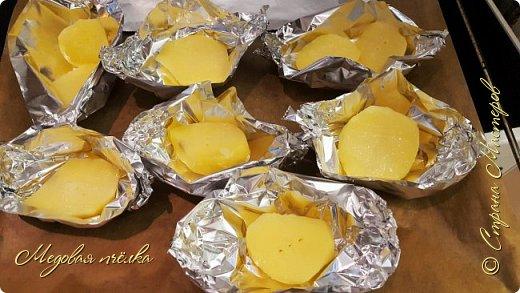 Здравствуйте, сегодня я к вам с рецептом запечённого картофеля со стейками из тофу во фруктовой глазури. Этот рецепт можно считать вполне постным, если из него убрать сливочное масло.   Скажу сразу, что тофу для меня, несмотря на его полезность, продукт не до конца понятый и распробованный. Он имеет консистенцию мягкого сыра, почти без запаха, достаточно нежный на вкус, кремовато-коричневого цвета. Этот сыр я использовала лишь один раз, вкус его мне не понравился и я твёрдо решила для себя обходить его стороной. Но, как говорится, человек предполагает, а Бог располагает. Из-за проблем со здоровьем пришлось пересмотреть свой рацион. Так, под запретом оказался шоколад, большинство овощей, богатых на кислоты, животный белок (мясо и рыба), также необходимо было значительно ограничить потребление соли. Невеселая картина выходит, не так ли? Тут я и вспомнила о тофу. По сути, это створоженное соевое молоко, или соевый творог. Он получил такое широкое распространение потому, что в нем от 5 до 10 процентов белка, содержащего все незаменимые аминокислоты, а также много железа и кальция. При этом в нем низкое количество калорий и совсем нет холестерина. В тофу почти нет жиров и углеводов, он идеально усваивается желудком. Также соевый сыр можно есть людям, у кого замечена аллергия на молоко и яйца.   Мне пришлось долго ломать голову над главным вопросом: как его приготовить полезно, но при этом - максимально вкусно. Порывшись в сети, я сразу отмела два самых популярных способа приготовления этого продукта - обжарка в масле в глубоком воке и использование маринада из соевого соуса. И тогда я случайно наткнулась на вариант с запеканием сыра во фруктовой глазури, так характерной для готовки настоящих стейков.   Отнеслась я к рецепту скептично. Скорее всего, при запекании он расплавится, как и положено любому сыру, да и вряд ли это блюдо меня, противницу тофу, впечатлит. Но была - не была. С такими мыслями я принялась за рецепт. фото 3