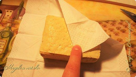 Здравствуйте, сегодня я к вам с рецептом запечённого картофеля со стейками из тофу во фруктовой глазури. Этот рецепт можно считать вполне постным, если из него убрать сливочное масло.   Скажу сразу, что тофу для меня, несмотря на его полезность, продукт не до конца понятый и распробованный. Он имеет консистенцию мягкого сыра, почти без запаха, достаточно нежный на вкус, кремовато-коричневого цвета. Этот сыр я использовала лишь один раз, вкус его мне не понравился и я твёрдо решила для себя обходить его стороной. Но, как говорится, человек предполагает, а Бог располагает. Из-за проблем со здоровьем пришлось пересмотреть свой рацион. Так, под запретом оказался шоколад, большинство овощей, богатых на кислоты, животный белок (мясо и рыба), также необходимо было значительно ограничить потребление соли. Невеселая картина выходит, не так ли? Тут я и вспомнила о тофу. По сути, это створоженное соевое молоко, или соевый творог. Он получил такое широкое распространение потому, что в нем от 5 до 10 процентов белка, содержащего все незаменимые аминокислоты, а также много железа и кальция. При этом в нем низкое количество калорий и совсем нет холестерина. В тофу почти нет жиров и углеводов, он идеально усваивается желудком. Также соевый сыр можно есть людям, у кого замечена аллергия на молоко и яйца.   Мне пришлось долго ломать голову над главным вопросом: как его приготовить полезно, но при этом - максимально вкусно. Порывшись в сети, я сразу отмела два самых популярных способа приготовления этого продукта - обжарка в масле в глубоком воке и использование маринада из соевого соуса. И тогда я случайно наткнулась на вариант с запеканием сыра во фруктовой глазури, так характерной для готовки настоящих стейков.   Отнеслась я к рецепту скептично. Скорее всего, при запекании он расплавится, как и положено любому сыру, да и вряд ли это блюдо меня, противницу тофу, впечатлит. Но была - не была. С такими мыслями я принялась за рецепт. фото 7