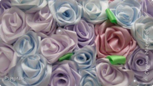 Декоративная подушечка из розочек из атласных лент фото 2