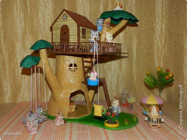 Здравствуйте все жители Страны Мастеров. Решил вам показать свою работу Дом-дерево от известной  фирмы Sylvanian Families,картинку  нашел в интернете, мой дом в отличии от оригинала больше по размеру.Высота 51см,  Купить все что нравиться от Sylvanian Families невозможно, так как игрушки эти дорогие, а очень многое хочется и я решил попробовать сделать Дом-дерево. Вот что получилось.   фото 1
