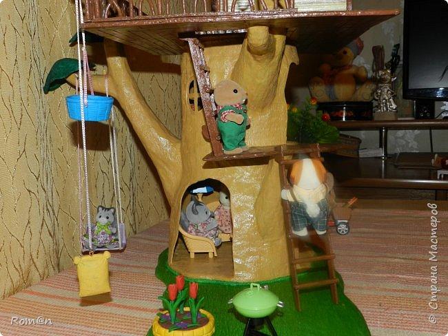 Здравствуйте все жители Страны Мастеров. Решил вам показать свою работу Дом-дерево от известной  фирмы Sylvanian Families,картинку  нашел в интернете, мой дом в отличии от оригинала больше по размеру.Высота 51см,  Купить все что нравиться от Sylvanian Families невозможно, так как игрушки эти дорогие, а очень многое хочется и я решил попробовать сделать Дом-дерево. Вот что получилось.   фото 10